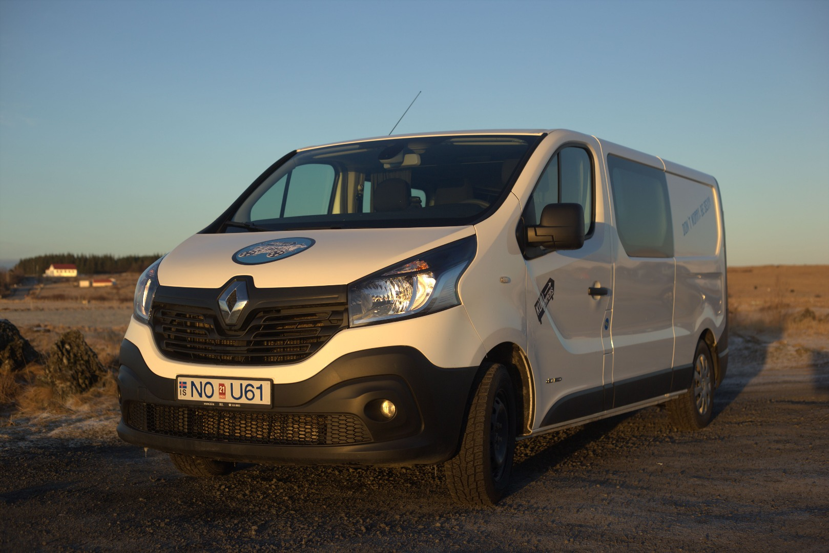 B - MANUAL Renault Trafic low roof - drives 5 / sleeps 3